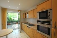 Einbauküche mit Ausgang zur Terrasse